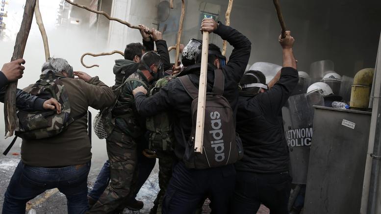 ΒΙΝΤΕΟ: Με επεισόδια η «απόβαση» των αγροτών της Κρήτης στην Αθήνα